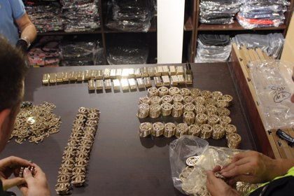 La Policía interviene más de 10.500 artículos falsificados ocultos en una nave en Manises