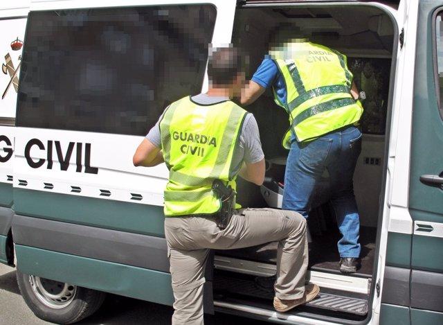 Agentes de la Guardia Civil durante las detenciones