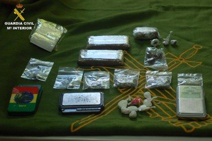 Detenido un grupo de jóvenes que vendía hachís y cocaína a menores en colegios de la Sierra