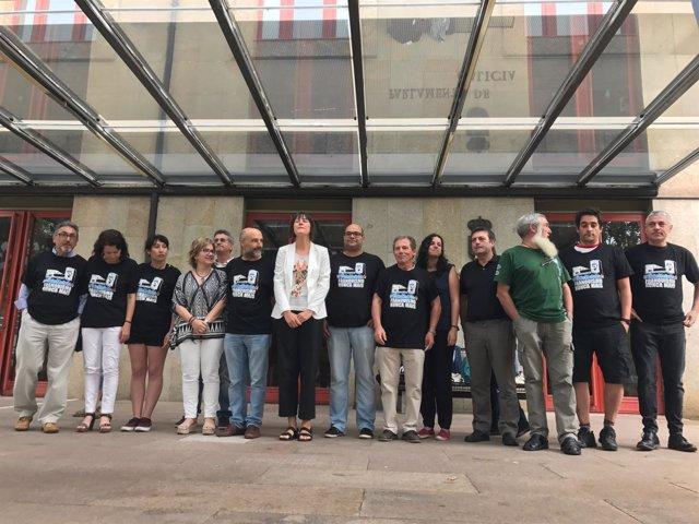 Los '19 de Meirás' ante las puertas del Parlamento