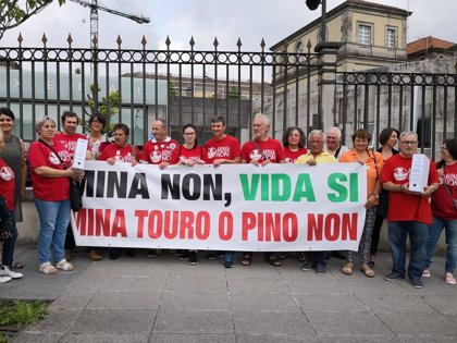 """Entregan 26.000 firmas para que la Xunta diga no """"sin más dilaciones"""" a la mina de Touro"""