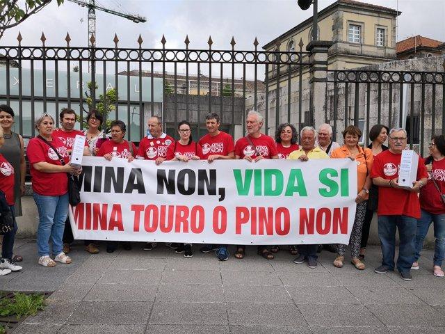 Entrega de firmas contra la mina de Touro-O Pino