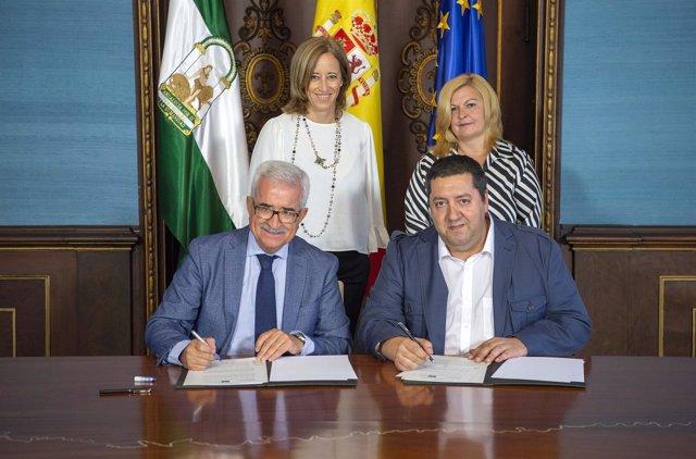 Firma del convenio entre la Junta y la Federación de Andaluces Retornados