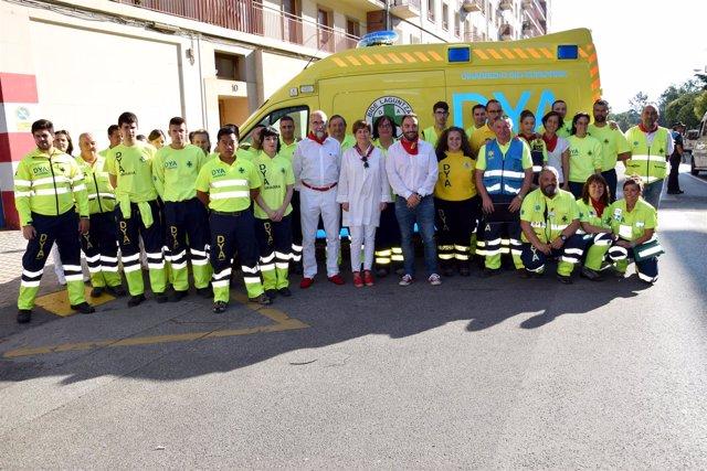 Uxue Barkos y Fernando Domínguez con los voluntarios de DYA Navarra
