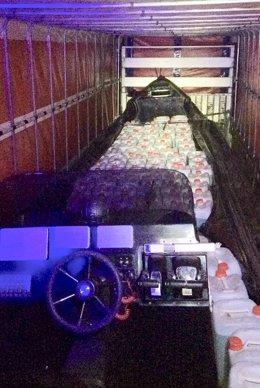 Narcolancha intervenida en el interior de un camión