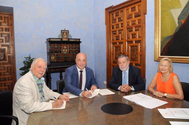 Antonio Ruiz (segundo por la izda.) en la firma del convenio