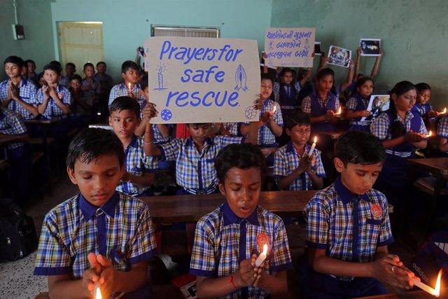 Niños tailandeses rezan por los 12 menores atrapados en la cueva