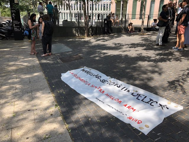Protesta ante la Ciudad de la Justicia con Maria Sirvent (CUP)