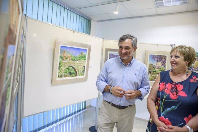 El diputado Ángel Escobar, junto a una de las autoras de la muestra.