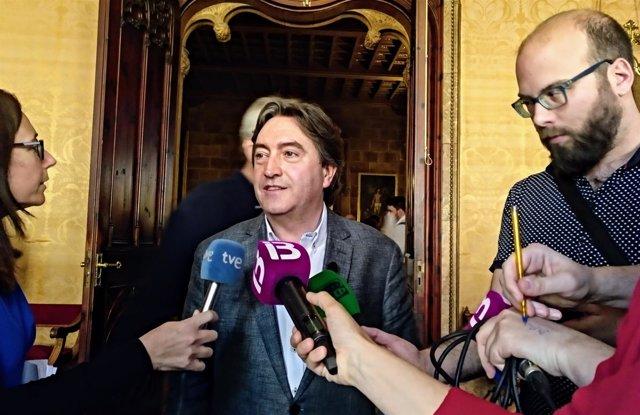 Mauricio Rovira atiende a los medios en una imagen de archivo