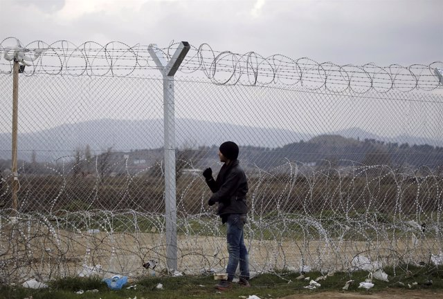 AUn refugiado iraquí en la frontera entre Grecia y Macedonia