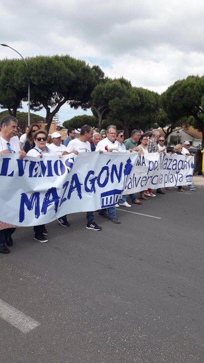 Vecinos de Mazagón entregan más de 3.700 firmas para pedir la regeneración de la playa
