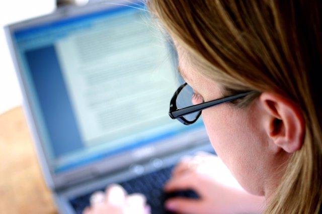 Una mujer utiliza un ordenador