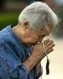 Anciana rezando por las víctimas de las bombas atómicas