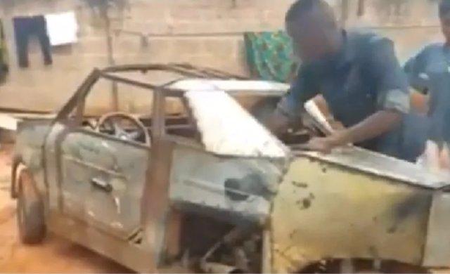 Vehículo de tres ruedas construido por un joven nigeriano