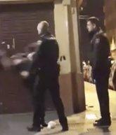 Foto: La Policía sanciona con cuatro días al agente que abofeteó a una mujer en una calle de València
