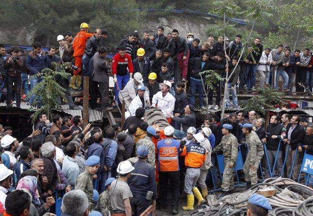 Equipos de emergencia realizan los últimos rescates en la mina de Soma, Turquía