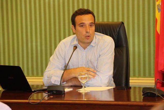 El economista Sergi Cutillas interviene en el Parlament