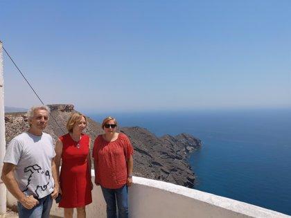 La presidenta de la Autoridad Portuaria visita el faro de Mesa Roldán de Carboneras