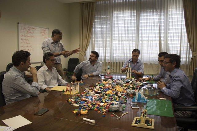 Comisión directiva de SCI jugando a Lego.