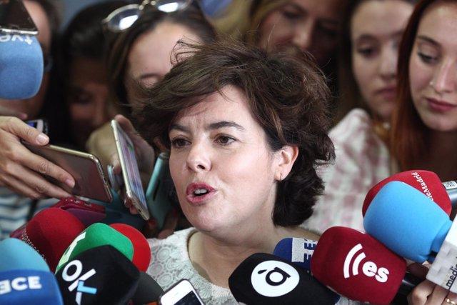 Santamaría atiende a los medios tras votar en las primarias del PP