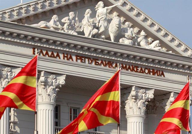 Banderas de Macedonia frente a la sede del Gobierno en Skopje
