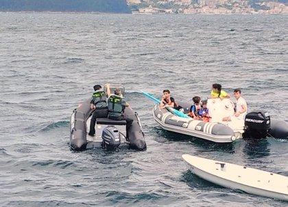 Rescatan a dos menores que navegaban a la deriva en la ría de Pontevedra