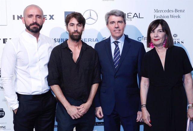 Garrido y Jaime de lo Santos con los diseñadores