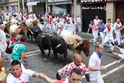Atropellada y veloz carrera de los toros de Victoriano del Río en el sexto encierro de Sanfermines