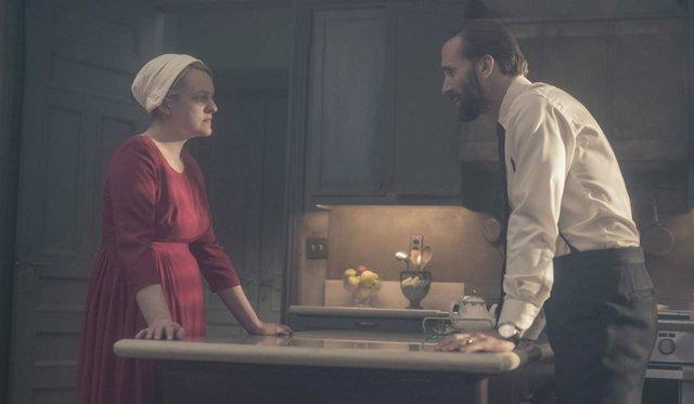 Joseph Fiennes y Elisabeth Moss en The Handmaid's Tale