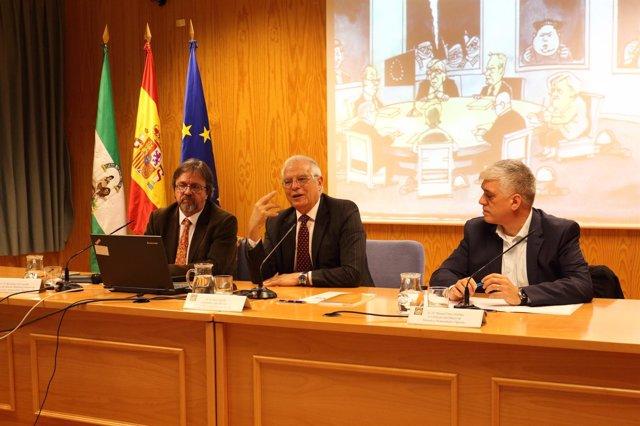Josep Borrell, en el centro