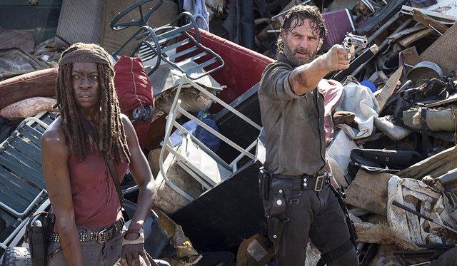Andrew Lincoln y Danai Gurira enThe Walking Dead