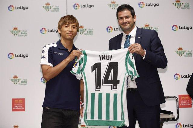 Takashi Inui, presentado en el Real Betis