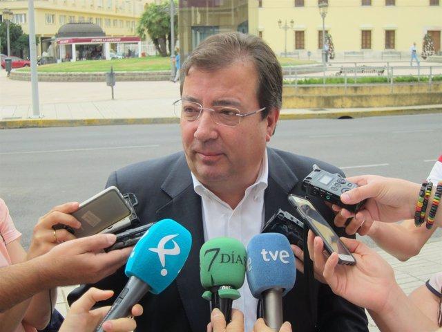 Fernández Vara atiende a los medios en Badajoz