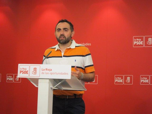 Raúl Juárez durante su comparecencia en la sede del  PSOE.