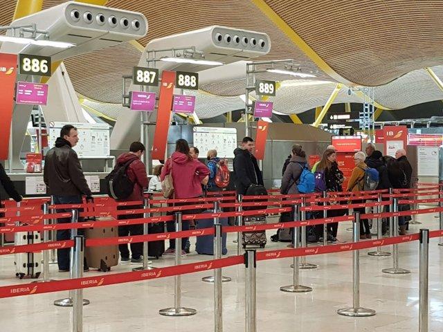 Turistas haciendo cola en el aeropuerto de Barajas