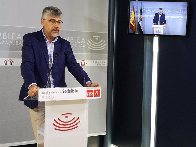 Valentín García en rueda de prensa en la Asamblea