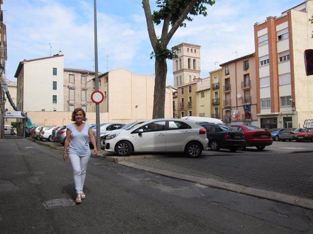 La portavoz socialista camina por la calle Los Yerros.