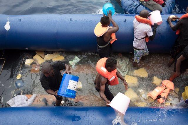 Open Arms pide a España desembarcar a la superviviente y a la mujer y al niño fallecidos en el Mediterráneo