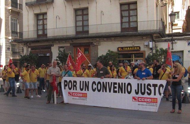 Protesta ante la Generalitat de los empleados de ambulancias
