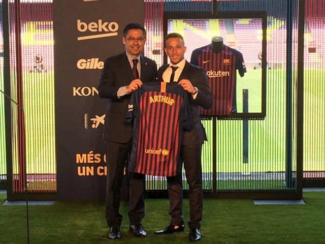 El presidente del Barça, Josep Maria Bartomeu, y el jugador Arthur