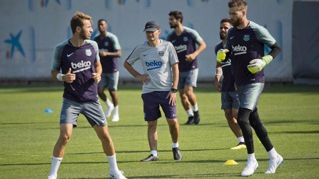 El jugador del FC Barcelona Sergi Samper (izquierda) en un entrenamiento