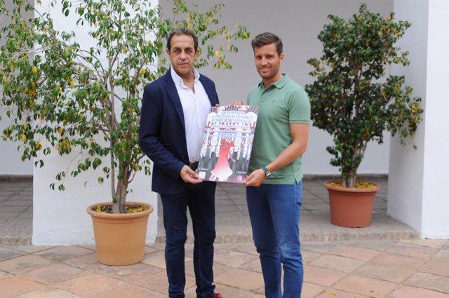 El delegado de Deportes en Diputación, Martín Torralbo (dcha.), con el cartel