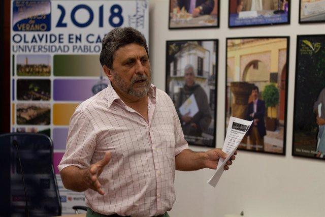 El catedrático Juan Jiménez, en los cursos de verano de la UPO