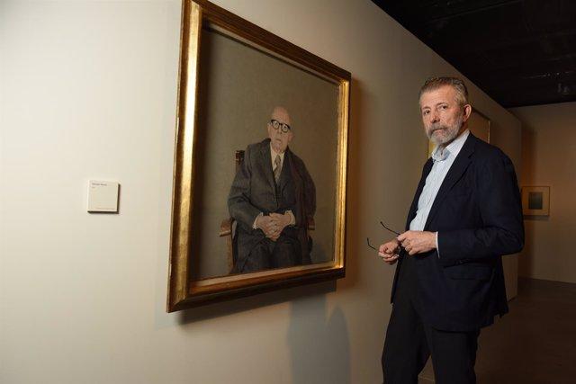 El artista gaditano Hernán Cortés junto a una de sus obras