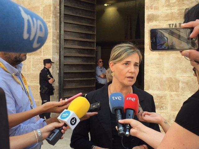 Elena Bastidas atiende a los medios de comunicación
