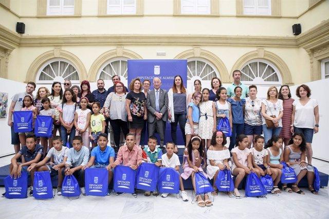 Un grupo de niños saharauis de 'Vacaciones en Paz', en la visita a Diputación.