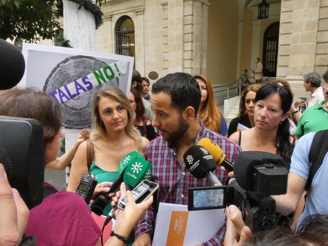 El portavoz de IU, Daniel González Rojas en la concentración contra las talas