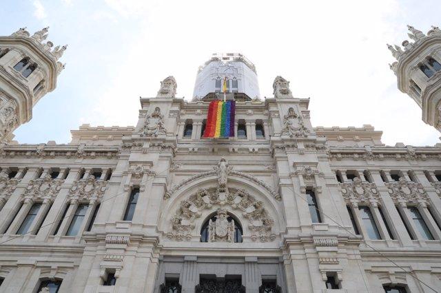 Palacio de Cibeles con la bandera arcoíris