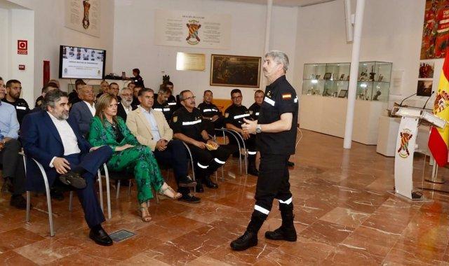 Delegado del Gobierno en Madrid durante una visita a la UME